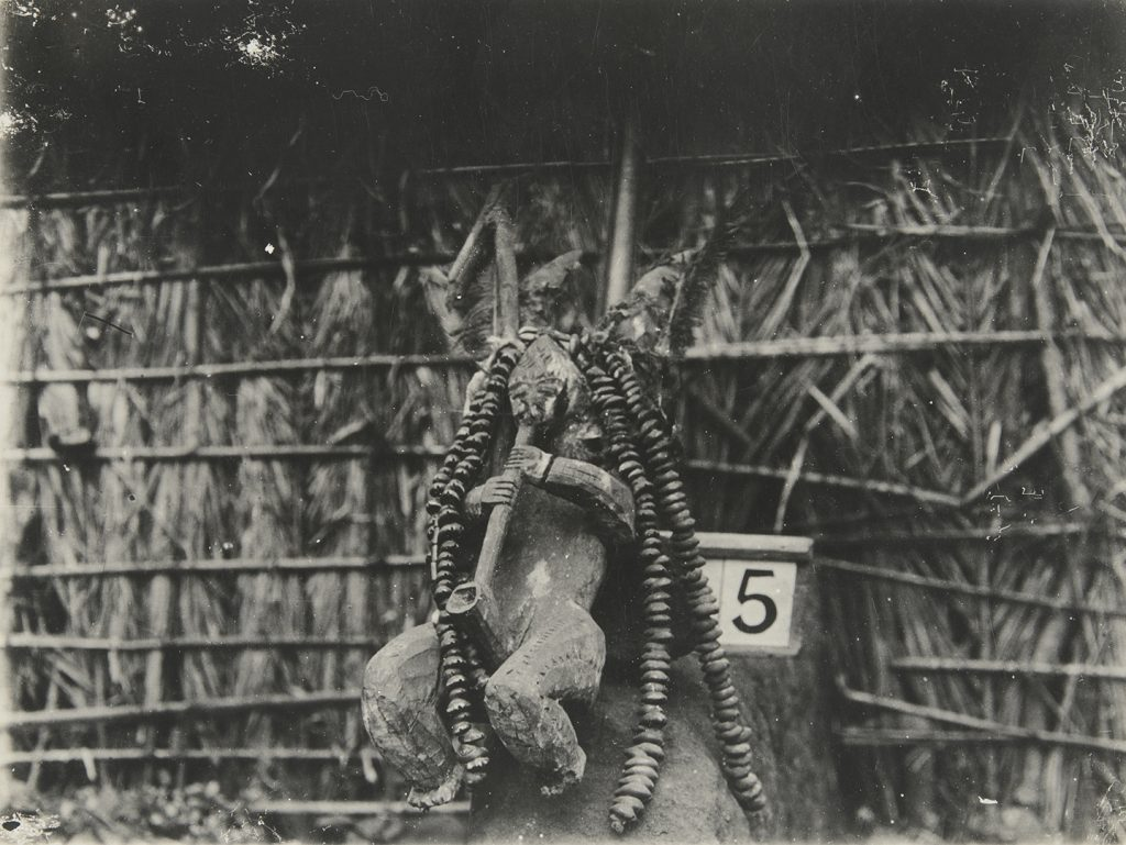 Northcote Thomas's photograph of 'akosi' figure, taken in Fugar in 1909.